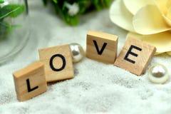 Блоки романтичной влюбленности деревянные на белых песках стоковое изображение