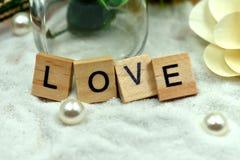 Блоки романтичной влюбленности деревянные на белых песках Стоковые Изображения