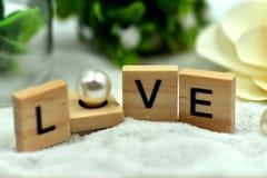 Блоки романтичной влюбленности деревянные на белых песках стоковая фотография rf
