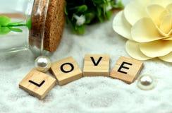 Блоки романтичной влюбленности деревянные на белых песках Стоковое фото RF