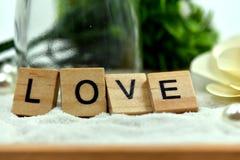 Блоки романтичной влюбленности деревянные на белых песках Стоковое Изображение RF