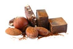 Блоки шоколада при бобы кака и гайки изолированные на белой предпосылке стоковая фотография rf