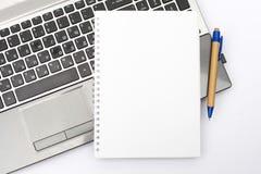 Блокнот без текста на клавиатуре компьтер-книжки Для задач и представлений дела владение домашнего ключа принципиальной схемы дел стоковые фотографии rf