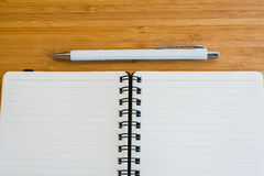 Блокнот и карандаш на деревянном столе Стоковое Фото