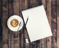 Блокнот и кофейная чашка Стоковые Фото
