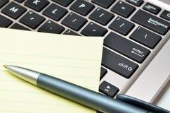 Блокнот и ручка на черной клавиатуре Стоковое Изображение