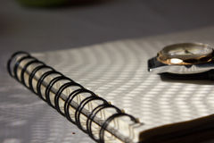 Блокнот и часы на таблице Стоковые Фотографии RF