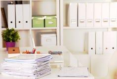 Блокнот, компьтер-книжка, ручка, документ миллиметровки на таблице стола офиса за белыми шторками Стоковые Изображения RF