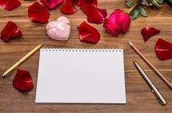 Блокнот подарка розовый и коробки и пустой Стоковые Фотографии RF