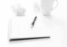 Блокнот ручки и скомканная бумага Стоковая Фотография RF