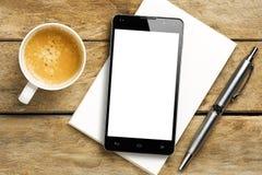 Блокнот ручки кофе пустого экрана Smartphone Стоковая Фотография RF