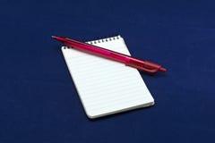 Блокнот с зеленым красным цветом карандаша ballpen Стоковые Изображения