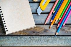 Блокнот с карандашем на деревянной предпосылке доски используя обои или предпосылку для образования, фото дела Примите примечание Стоковые Изображения