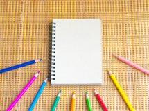Блокнот с карандашем на деревянной предпосылке доски используя обои или предпосылку для образования, фото дела Примите примечание Стоковое фото RF