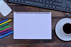 Блокнот с калькулятором кофейной чашки и компьютером клавиатуры Стоковое Фото