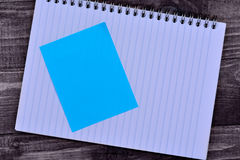 Блокнот с пустыми примечаниями на таблице стоковое фото rf