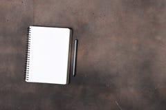 Блокнот с пустыми страницами на темной поверхности с карандашем руководства Стоковые Фото