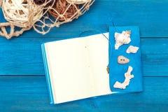Блокнот с раковинами на голубых досках, copyspace Стоковые Изображения