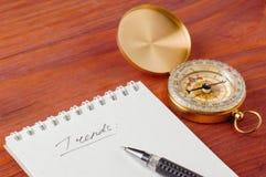 Блокнот с рукописными тенденциями и ручкой слова близко Стоковые Фото