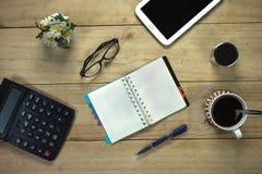 Блокнот с ручкой и конторские машины на настольном компьютере Стоковая Фотография RF