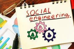 Блокнот с социальной инженерией на таблице Стоковые Изображения RF