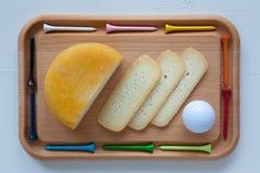 Блок вкусного сыра на разделочной доске с ножом и тройником гольфа Стоковые Изображения RF