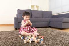 Блок игрушки игры маленькой девочки Азии деревянный Стоковые Фотографии RF