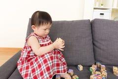Блок игрушки игры маленькой девочки Азии Стоковые Фотографии RF