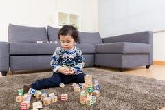 Блок игрушки игры мальчика стоковые фото