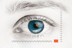 Блок развертки на голубом человеческом глазе Стоковая Фотография