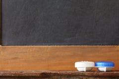 Блок случая контейнера контактных линзов положил дальше repres полки туалета деревянные Стоковые Фото