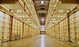 Блок тюремной камеры с клетками на обеих сторонах Стоковые Изображения RF