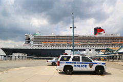 Блок New York - New Jersey K-9 полиции управления порта обеспечивая безопасность для туристического судна ферзя Mary 2 Стоковые Фото