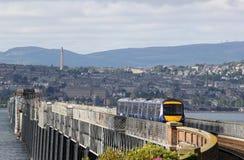 Блок Turbostar тепловозный множественный пересекая мост Tay Стоковое Изображение