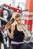 Блондинка в спортзале с водой Стоковое фото RF