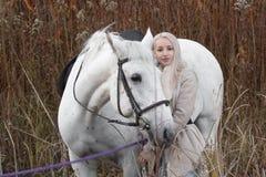 2 блондинка, девушка с лошадью Стоковое Фото