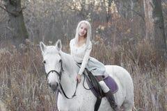 2 блондинка, девушка с лошадью Стоковые Фотографии RF