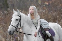 2 блондинка, девушка с лошадью Стоковые Изображения