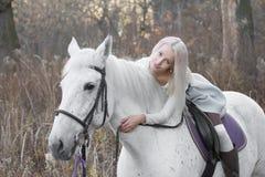 2 блондинка, девушка с лошадью Стоковое Изображение RF