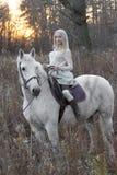 2 блондинка, девушка с лошадью Стоковая Фотография