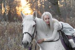 2 блондинка, девушка с лошадью Стоковое Изображение