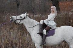 2 блондинка, девушка с лошадью Стоковое фото RF