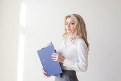 Блондинка девушки деятельности с голубыми папками Стоковое фото RF