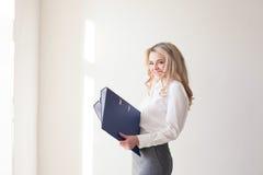 Блондинка девушки деятельности с голубыми папками Стоковые Изображения RF