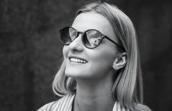 Блондинка девушки с темными стеклами в рамке, дне, внешнем Представлять o Стоковое Фото