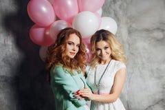 Блондинка и redhead 2 молодых очаровательных подруги на партии Стоковое Изображение