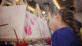 Блондинка маленькой девочки в изображениях чертежа класса видеоматериал
