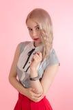 Блондинка на розовой предпосылке Стоковые Изображения