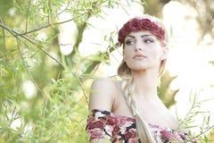 Блондинка нося крону цветка Стоковая Фотография RF