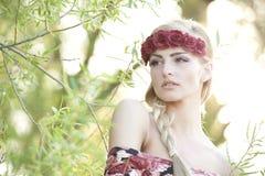 Блондинка нося крону цветка Стоковые Фотографии RF